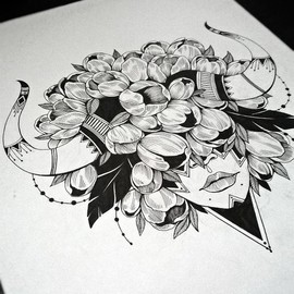 Девушка, рога и цветы