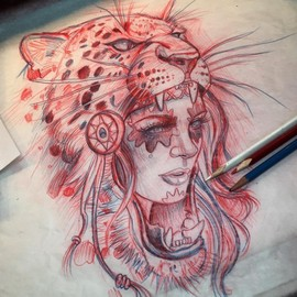 Голова девушки в пасти леопарда